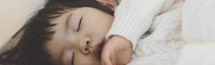 Comment aider bébé à faire ses nuits grâce à des techniques complémentaires ?